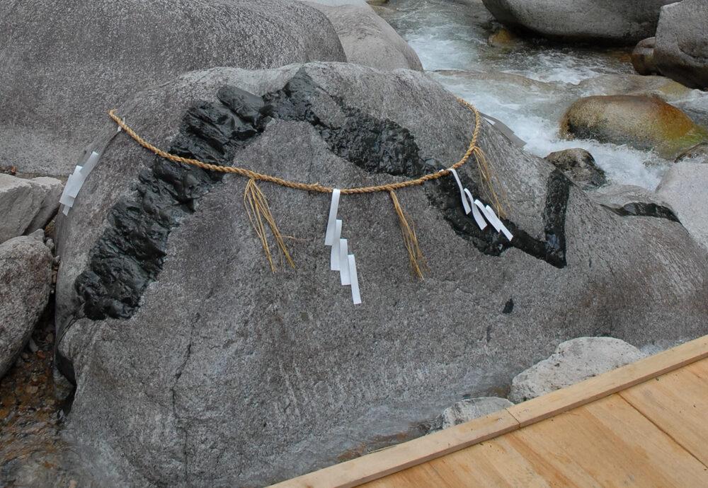 石に巻きつくのは大蛇か龍か