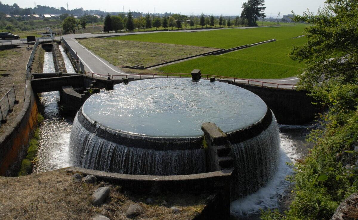 3つの農業用水に公平に分配するための円筒分水漕